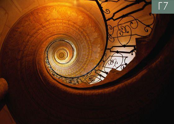 Художественный натяжной потолок с фотопечатью, имитирующей винтовую лестницу